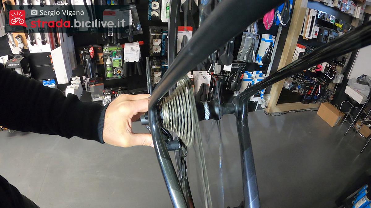 La verifica della posizione della battuta alta nel cambio di una bici da corsa