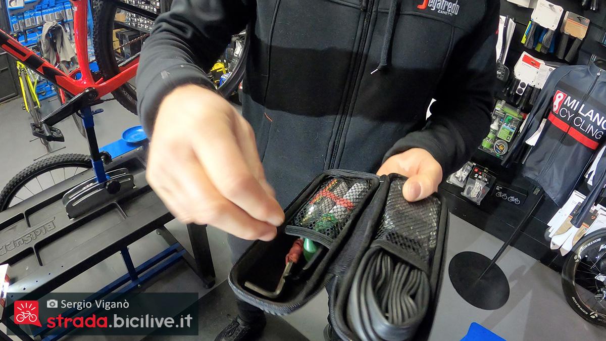 Il kit per il gonfiaggio d'emergenza delle camere d'aria per ruote bici