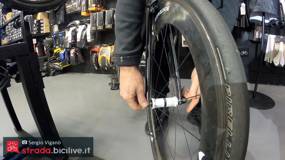 La rimozione della ruota anteriore di una bici da corsa