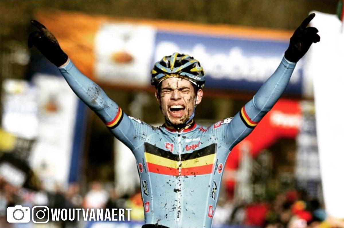 Wout Van Aert apre le braccia all'arrivo di una gara