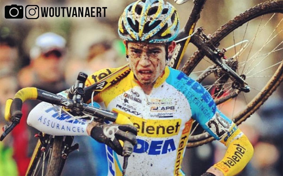 Wout Van Aert con la bici in spalla durante una gara di ciclocross