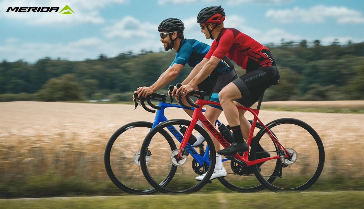Due ciclisti in sella alla nuova bici da strada Merida Scultura Endurance 7000 E 2021