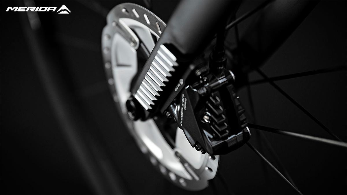 Dettaglio del freno a disco montato sulla nuova bici da corsa Merida Scultura Endurance 7000 E 2021