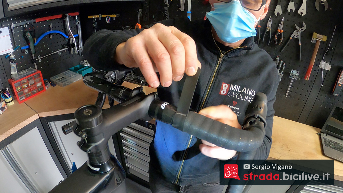 I giri di nastro adesivo come finitura della nastratura del manubrio della bici da corsa