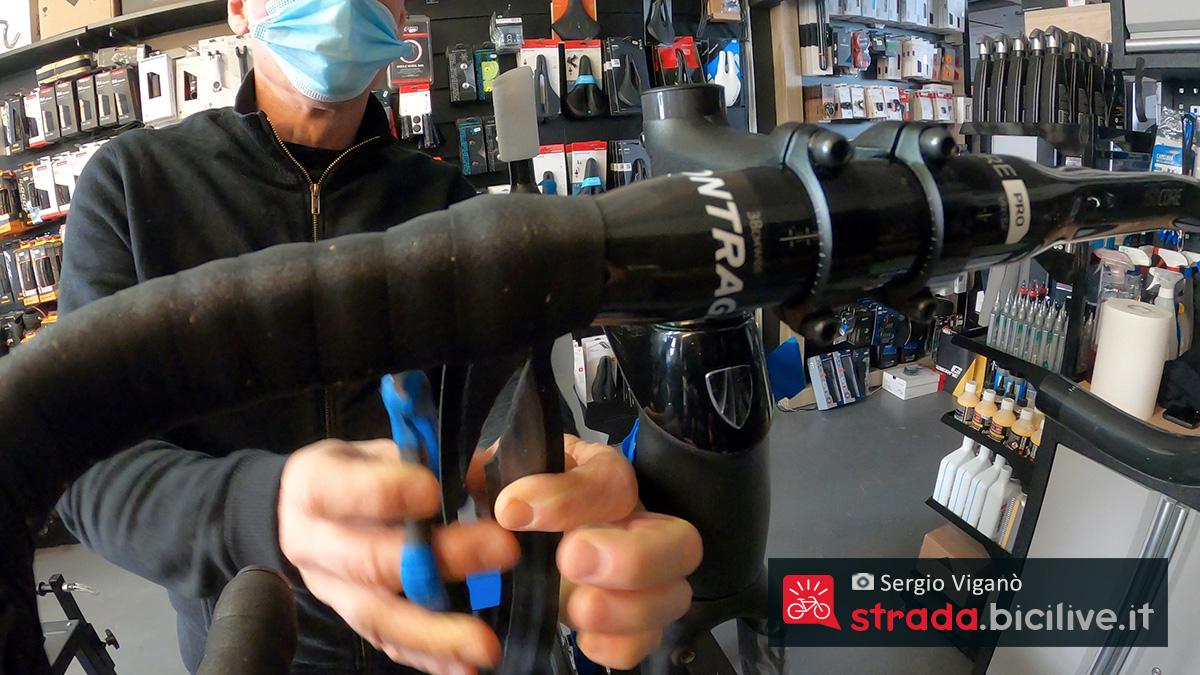 Il taglio terminale diagonale del nastro  intorno alla manubrio della bici da corsa