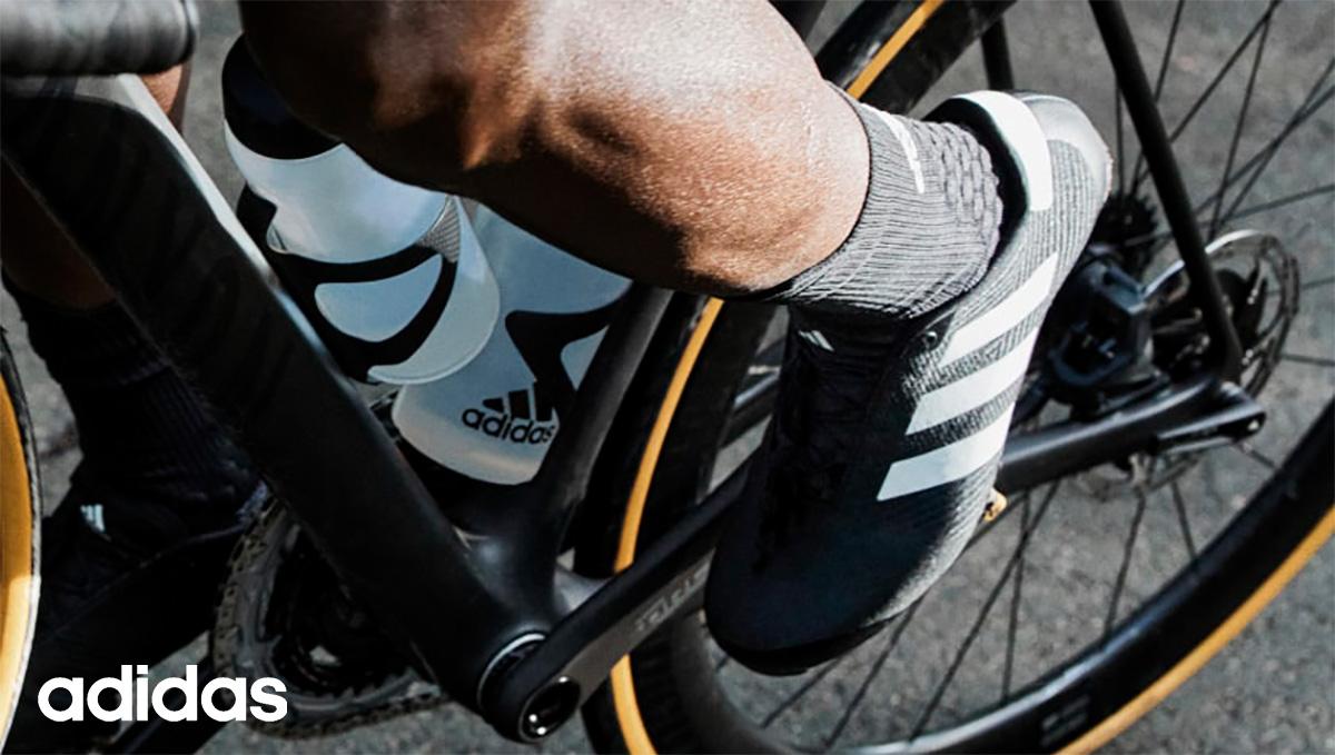 Un ciclista pedala co le nuove scarpe per bici Adidas The Road Cycling 2021