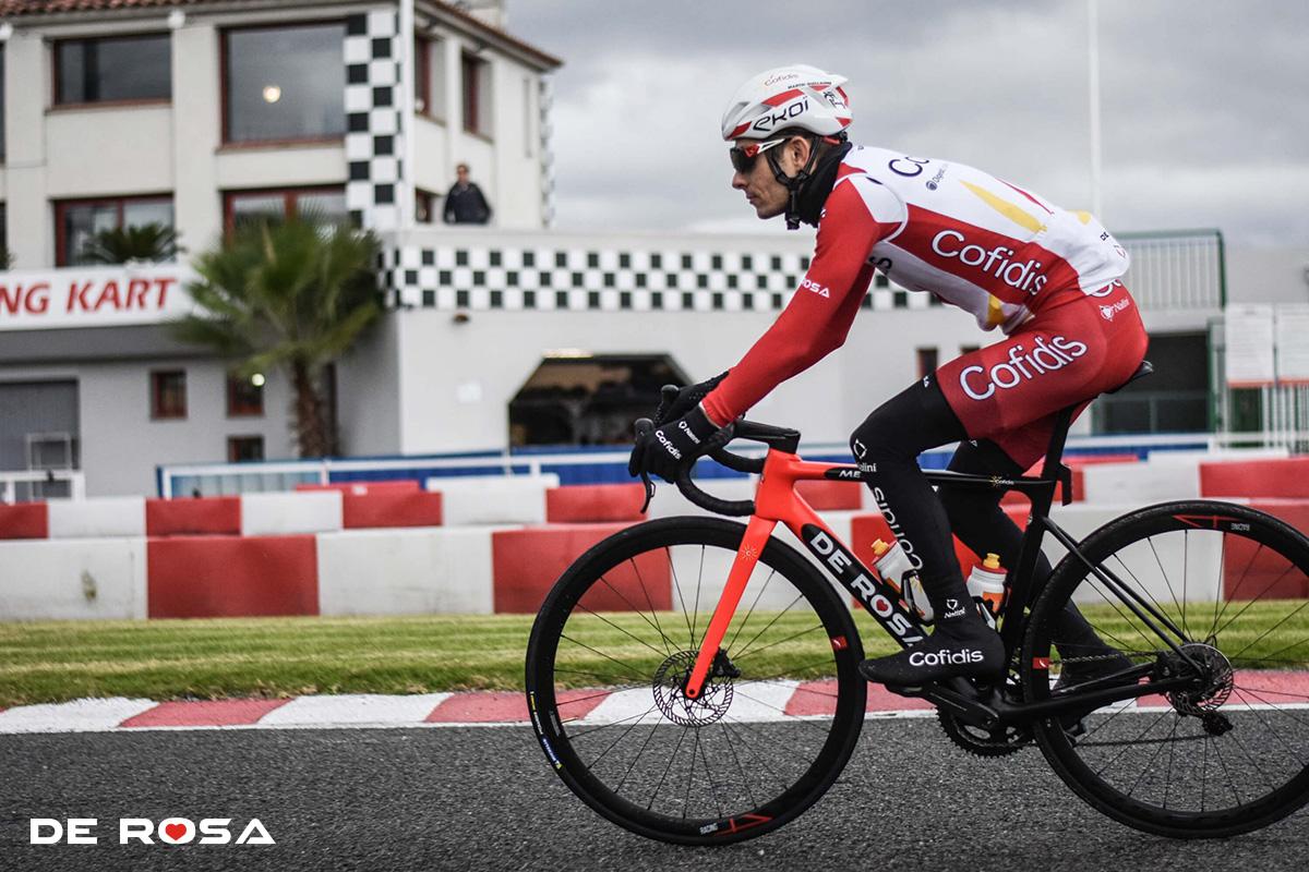 Un ciclista della squadra De Rosa impegnato in una corsa