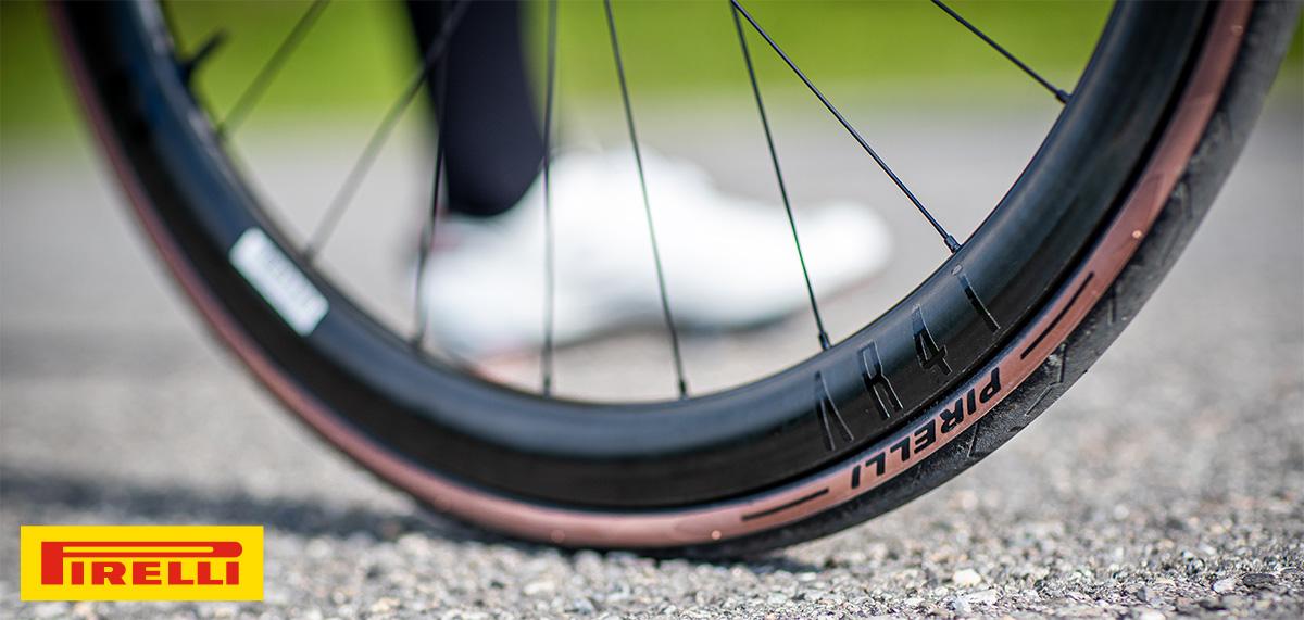 Uno pneumatico Pirelli Pzero Race Classic 2021 montato su una bici da strada