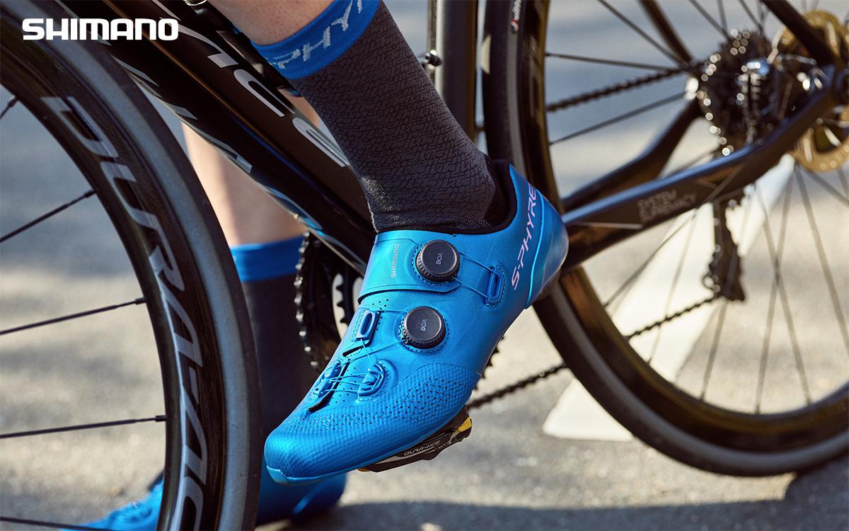 Un ciclista indossa le nuove calze da ciclismo Shimano S-Phyre primavera/estate 2021