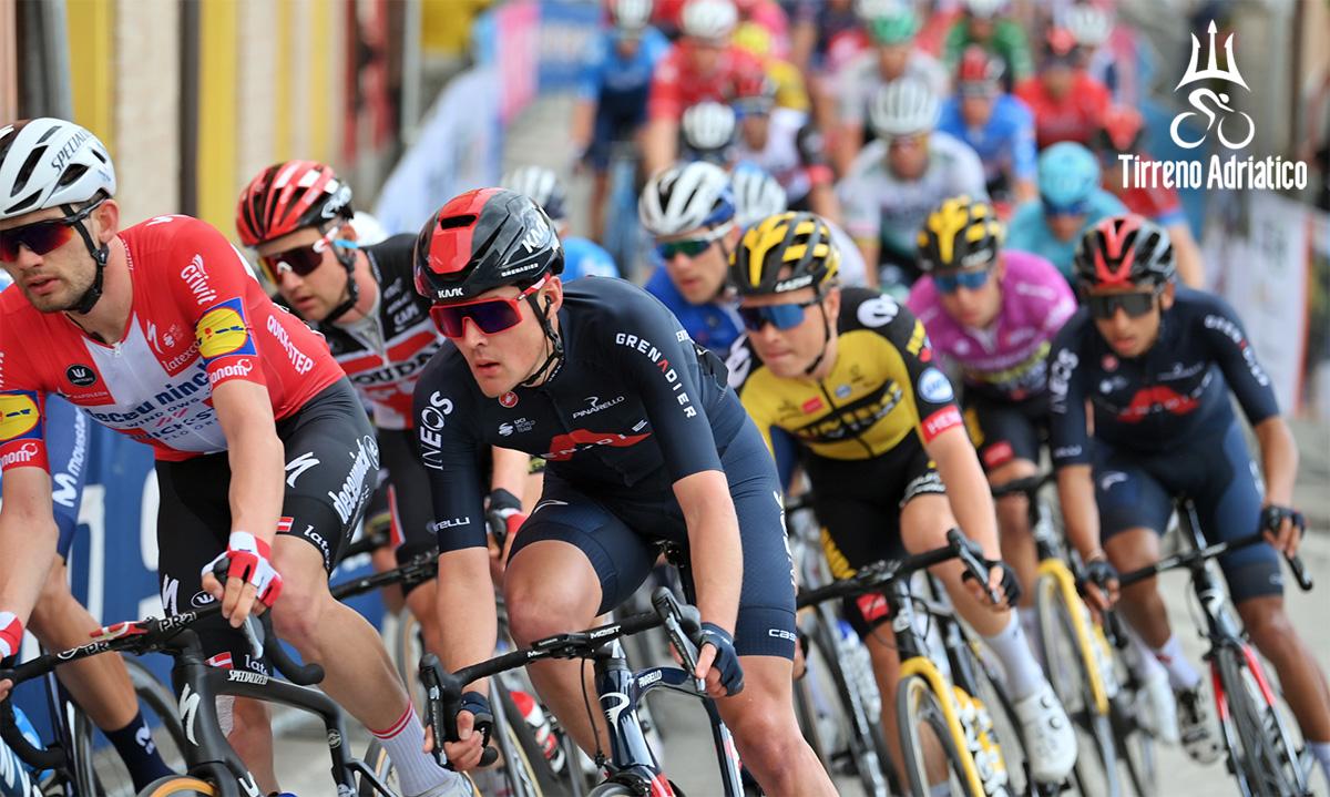 Uno scatto durante la corsa Tirreno-Adriatico 2020
