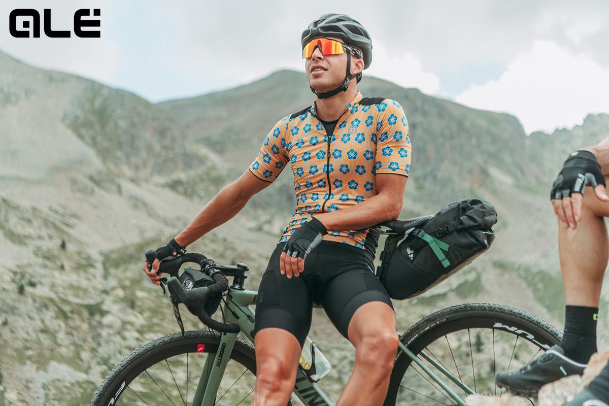 Un ciclista indossa la nuova maglia tecnica Alècycling Pr-s Bullet della collezione primavera/estate 2021