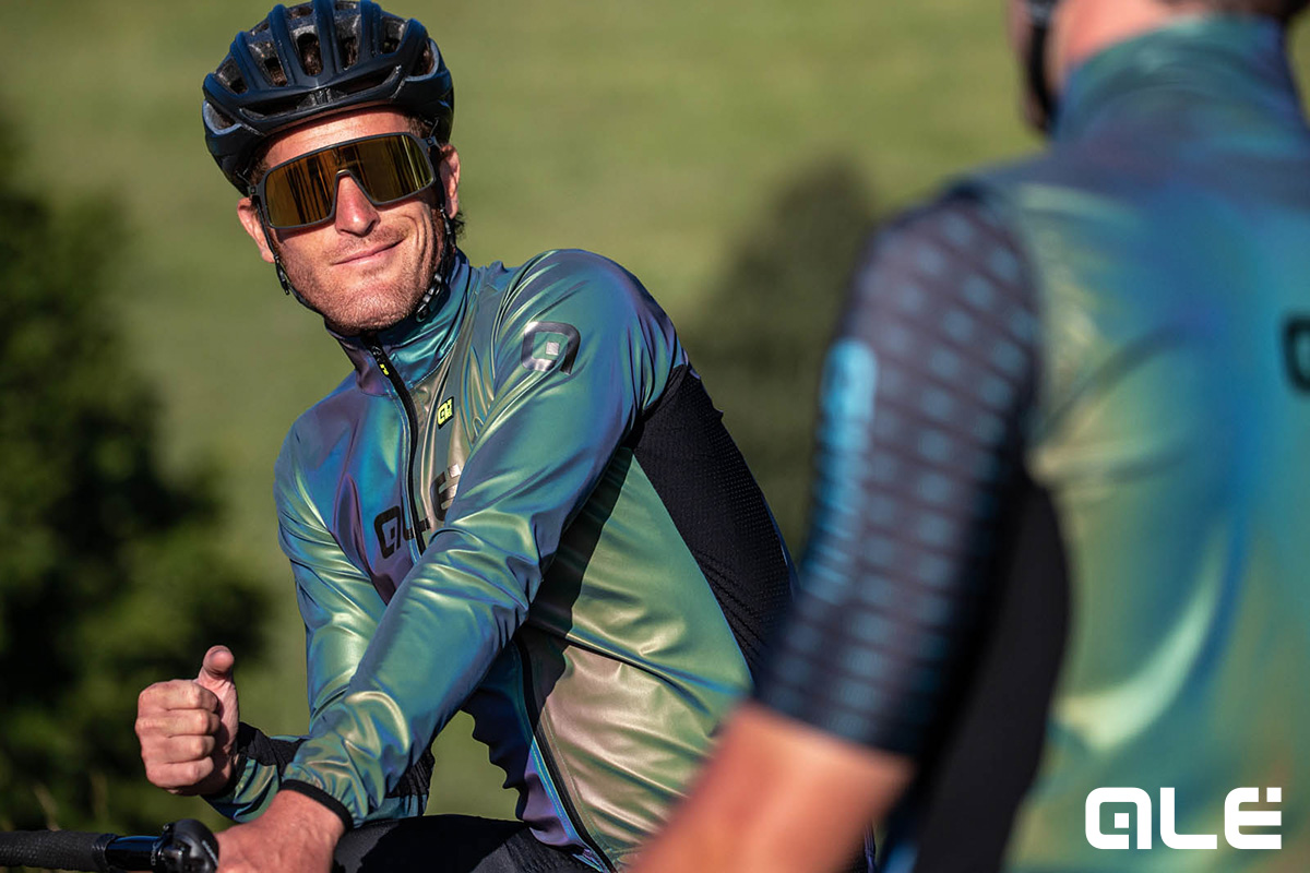 Dei ciclisti indossano le nuove maglie tecniche Alècycling R-ev Silver Cooling della collezione primavera/estate 2021