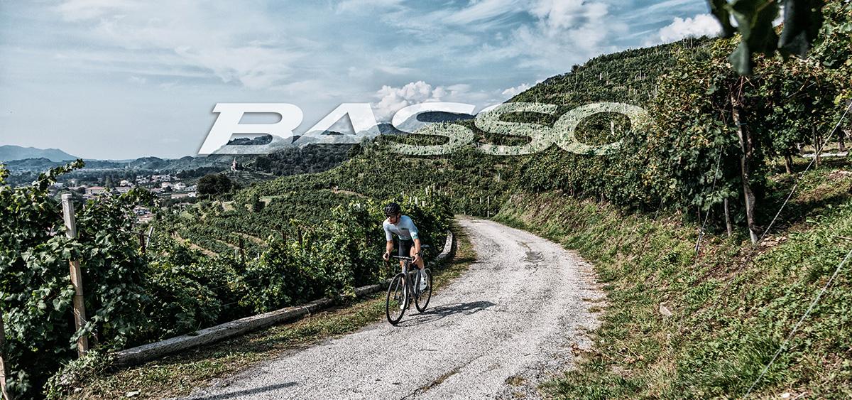 Un ciclista pedala su uno sterrata in sella a una nuova bici da gravel Basso Bikes