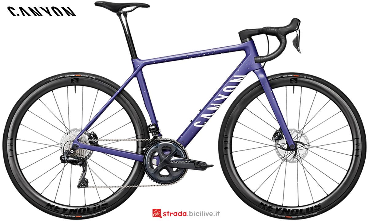 La nuova bici da corsa Canyon Ultimate WMN CF SL Disc 8 Shimano Ultegra Di2 2021