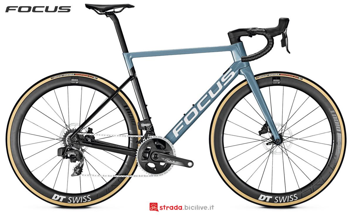 Una bici da corsa Focus Izalco Max 9.7 Disc AXS con cambio SRAM Force eTap AXS
