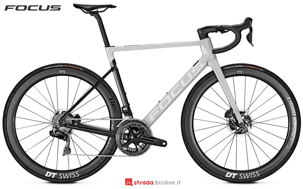 Una bici da corsa Focus Izalco Max 9.9 Disc con trasmissione Shimano Dura-Ace Di2 R9170