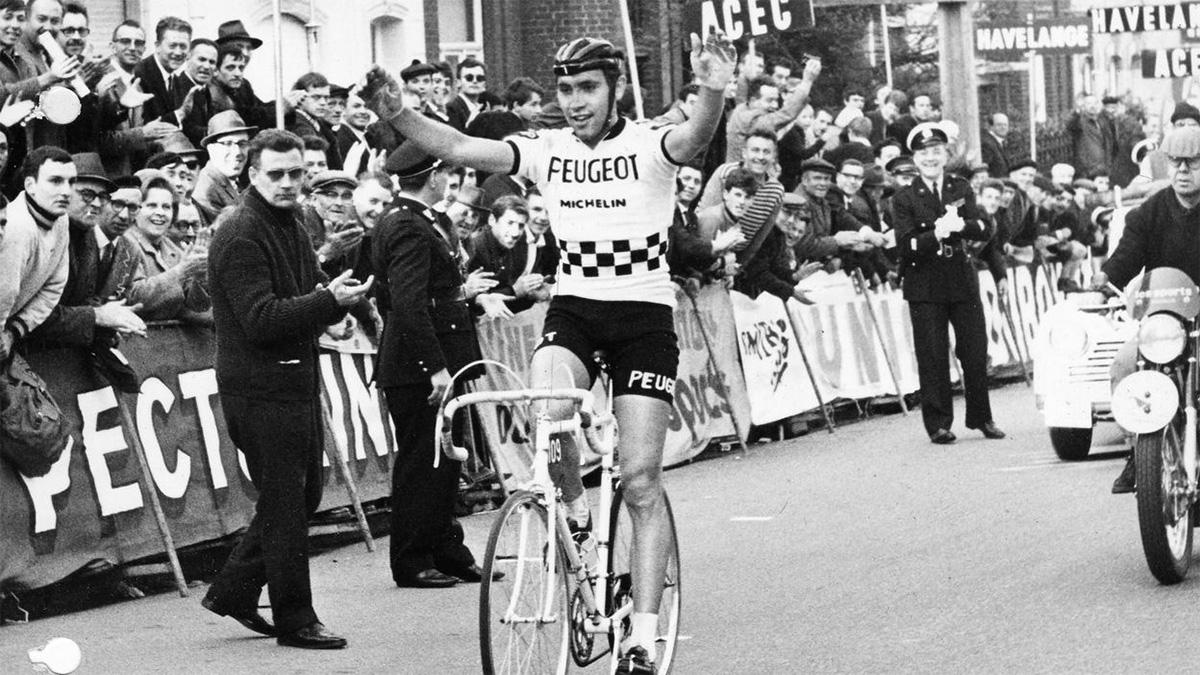 Uno scatto di Eddy Merckx nel 1967 durante la Freccia Vallone