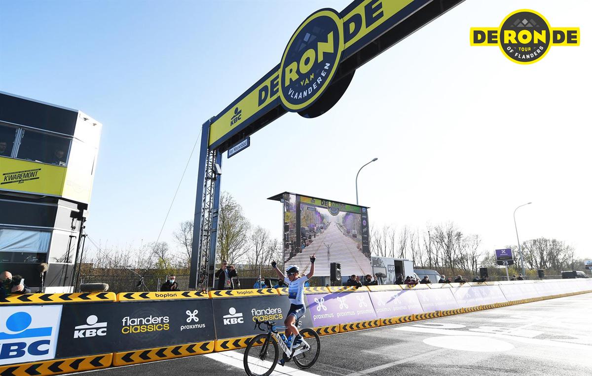 La ciclista pro Annemiek van Vleuten arriva sul traguardo del Giro delle Fiandre 2021 in solitaria