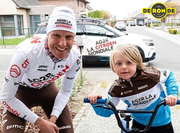 Michael Schär posa con una bambina a cui ha regalato una borraccia