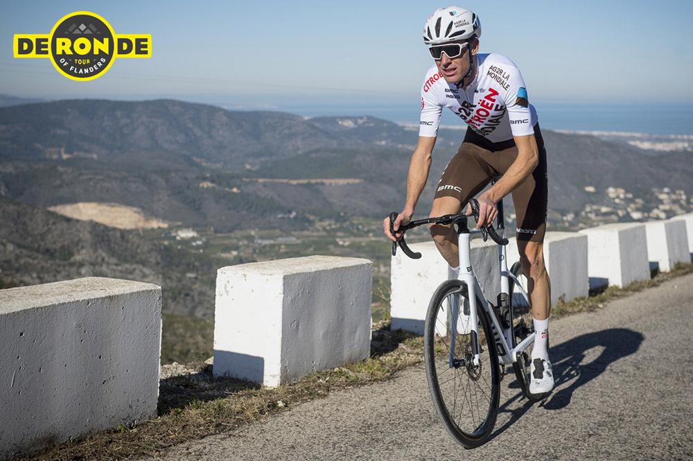 Michael Schär pedala in sella alla sua bici con la maglia del team AG2R Citroen