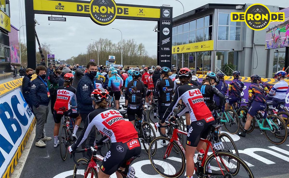La partenza della corsa femminile al Giro delle Fiandre 2021