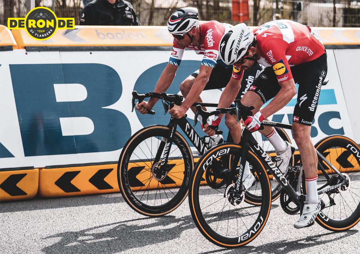 I ciclisti pro Mathieu van der Poel e Kasper Asgreen sprintano per la vittoria al Giro delle Fiandre 2021