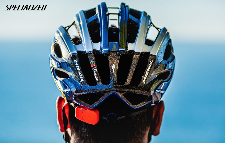 Un ciclista indossa il nuovo casco per bici da corsa Specialized S-Works Prevail ii Vent