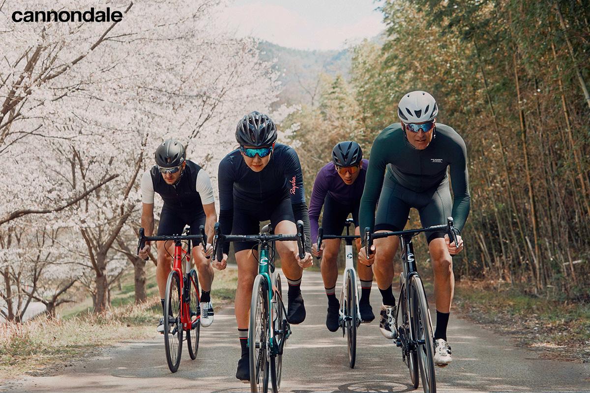 Dei ciclisti pedalano sulle nuove bici da strada Cannondale 2021