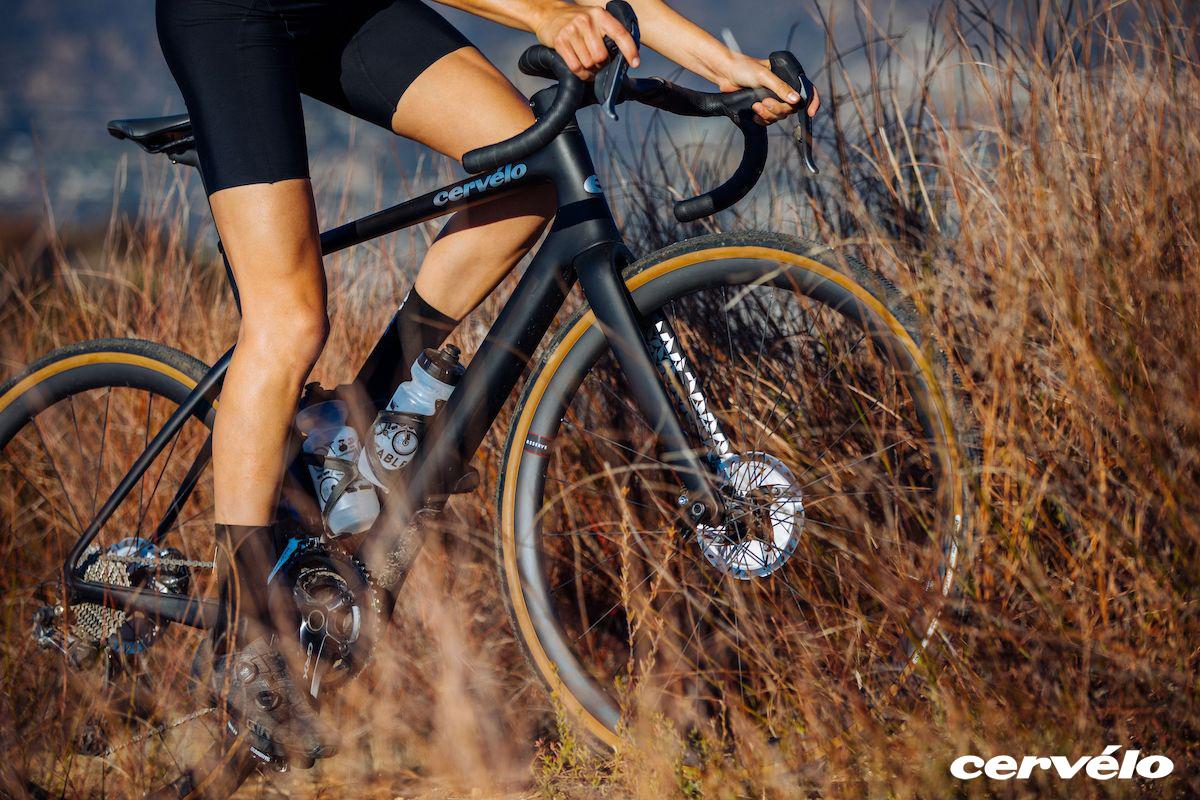Ciclista su sterrato in sella a una bicicletta gravel Cervélo Aspero 5 2021
