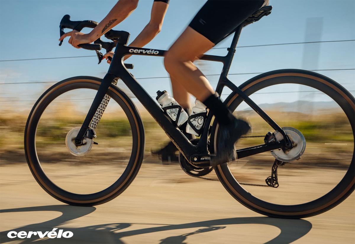 Ciclista pedala in sella a una bici gravel Cervélo Aspero 5 2021
