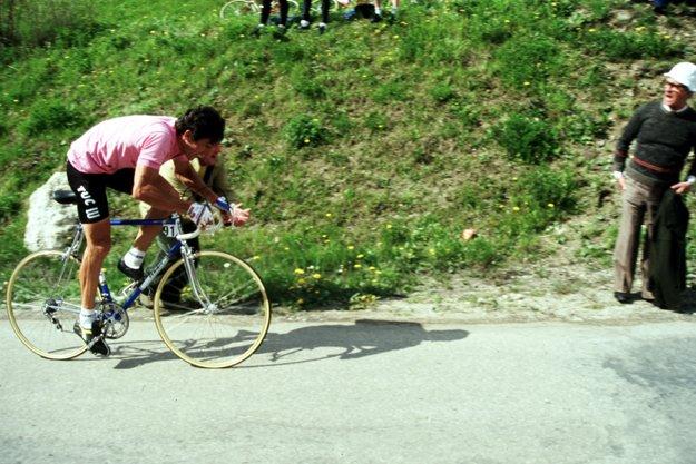 Francesco Moser pedala in salita con la maglia rosa del Giro d'Italia