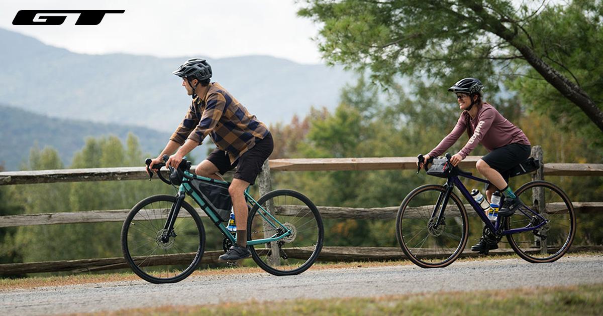 Due ragazzi pedalano su un percorso sterrato con delle nuove bici da gravel GT 2021