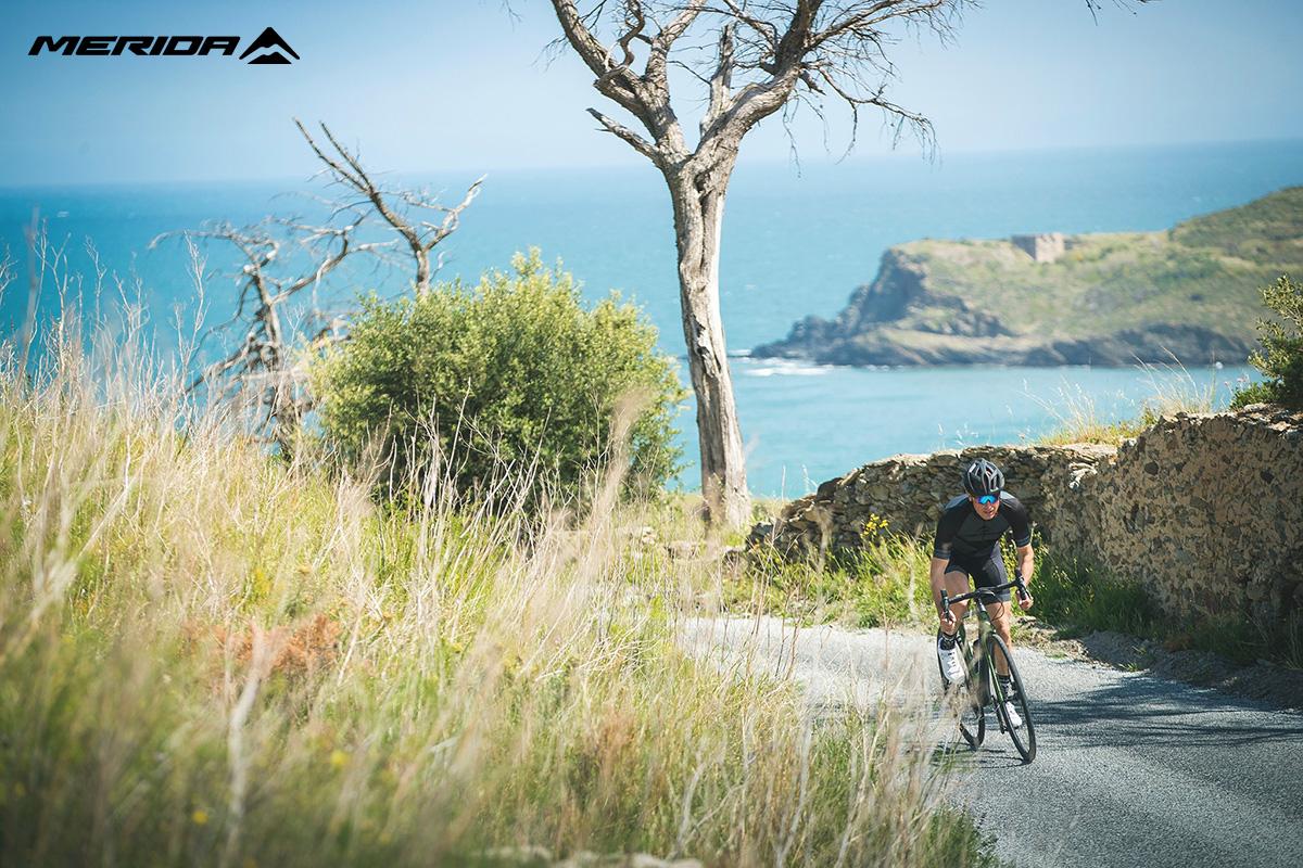 Un ciclista pedala in sella ad una nuova bici da strada Merida 2021