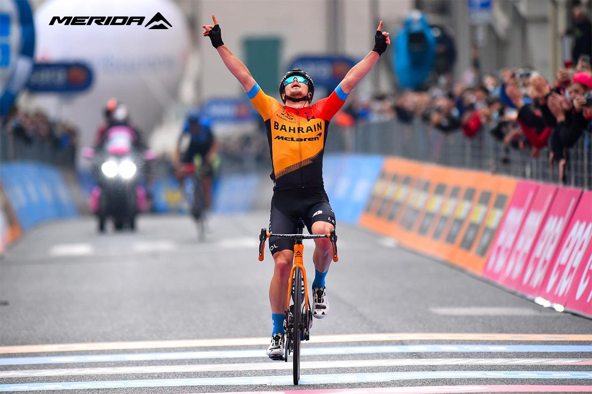 Un ciclista del team Bahrain che pedala le nuove bici da corsa Merida 2021