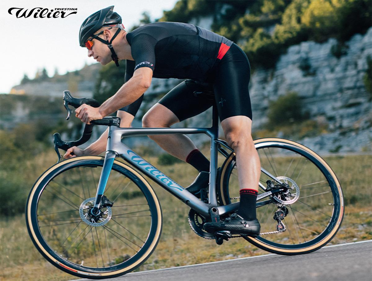 Un ciclista pedala in sella di una nuova bici da strada Wilier Triestina 2021