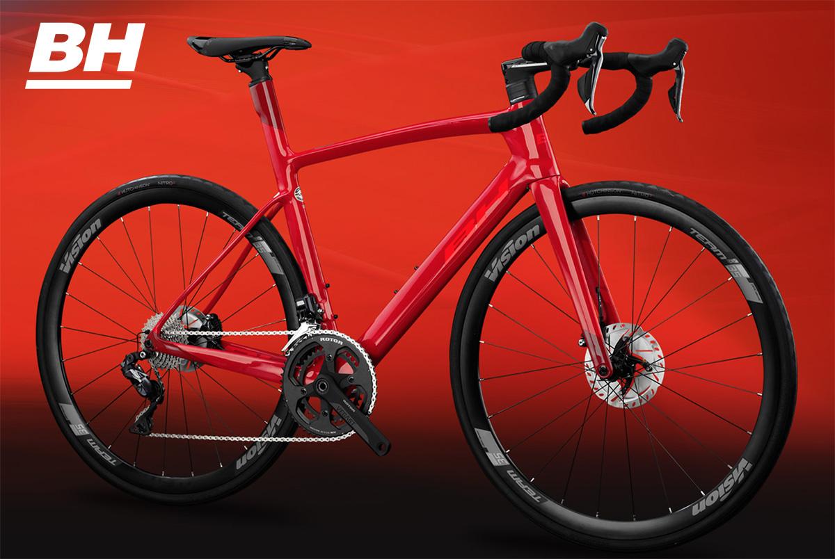 Una delle nuove bici da strada BH Bikes 2021 ambientata su sfondo rosso