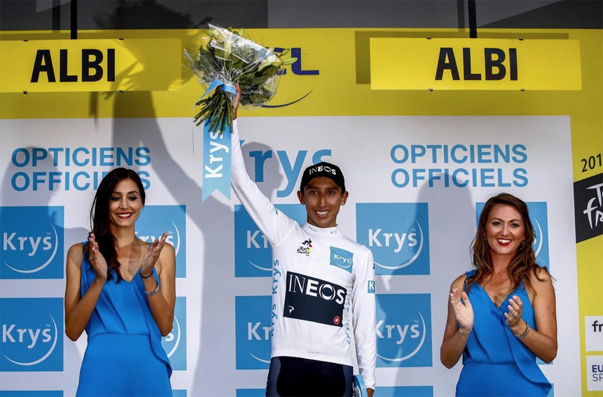 Egan Bernal durante la premiazione del Tour de France 2019