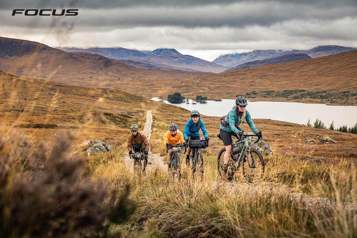 Dei biker pedalano nella campagna in sella a delle nuove Focus Atlas 2021