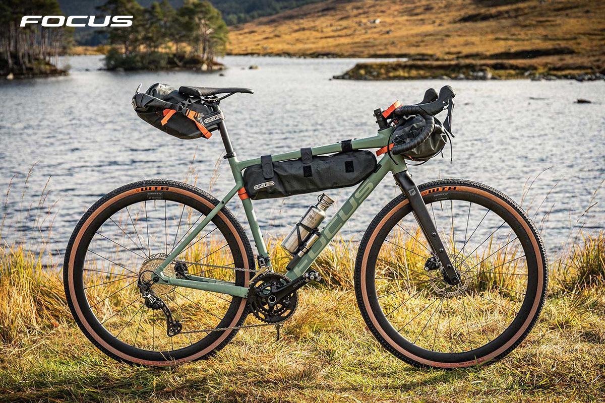 Una nuova bici da gravel Focus Atlas 2021 accessoriata per il bikepacking