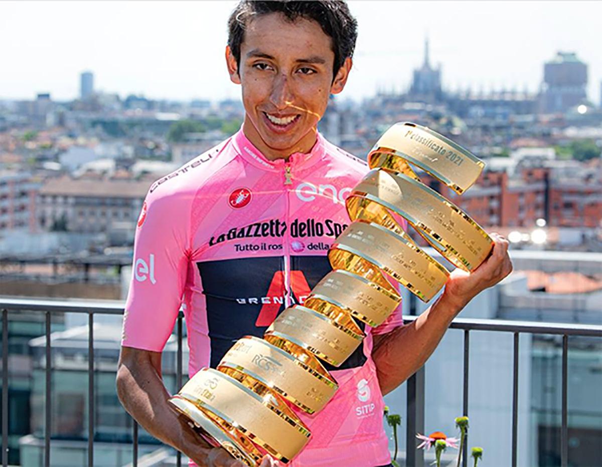 Egan Bernal con in mano il trofeo del Giro D'Italia 2021
