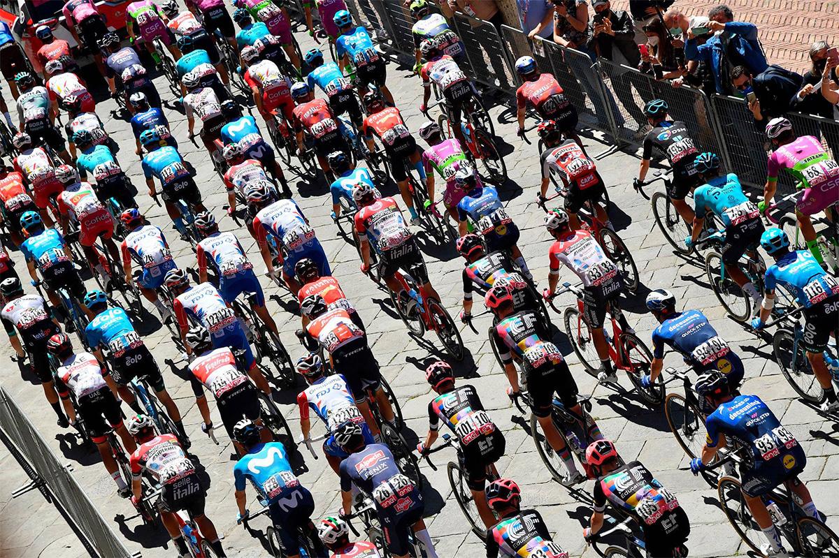 Uno scatto dei ciclisti che pedalano durante il Giro d'Italia 2021