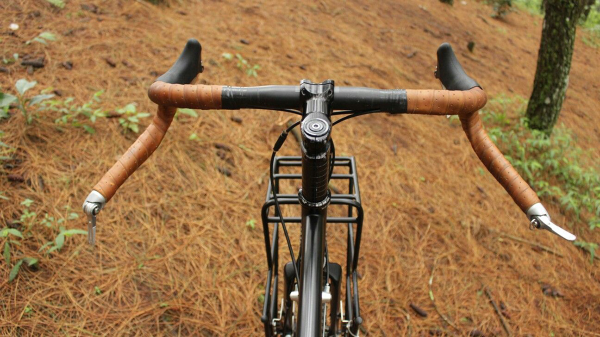 Una foto di un manubrio per bicicletta da gravel