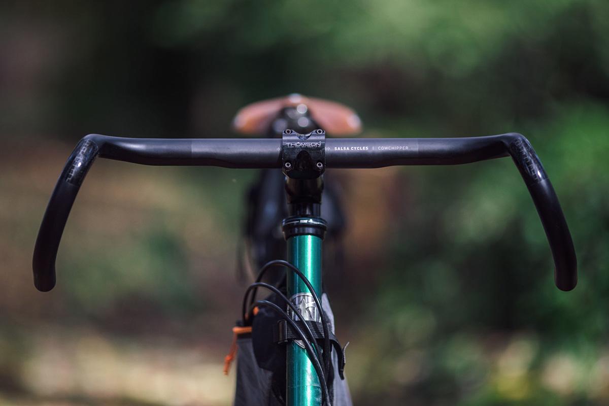 Un'immagine di un manubrio per bici da gravel con piega Cowchipper