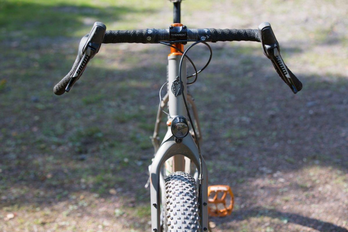 Un'immagine di un manubrio per bici da gravel con piega Woodchipper