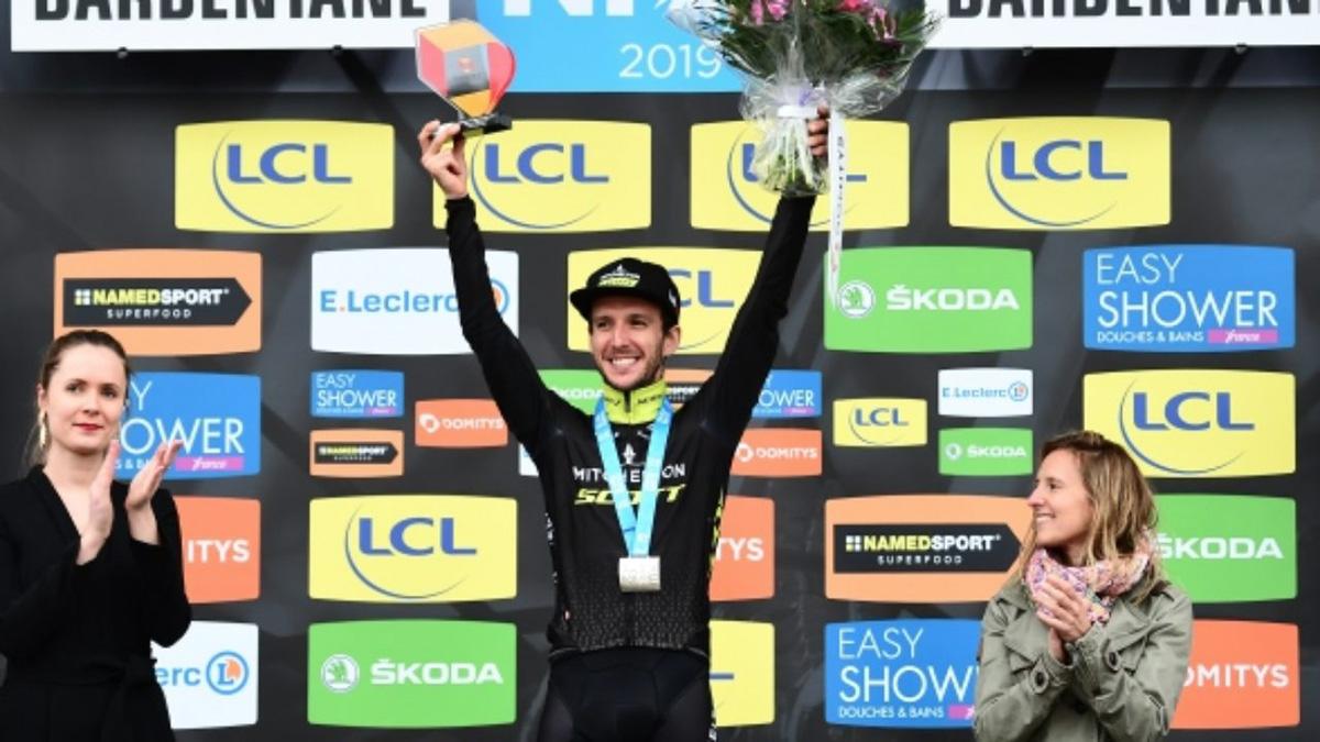 Il campione di ciclismo Simon Yates sul podio della Parigi-Nizza 2019