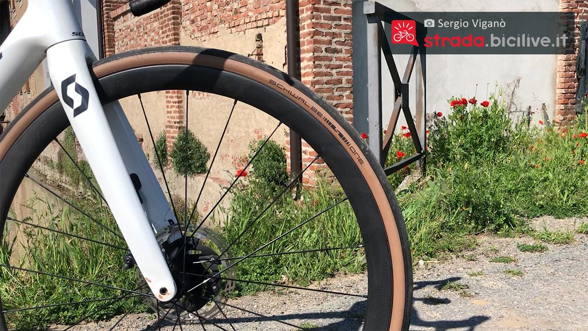 Dettaglio della ruota e dei freni a disco della nuova bici da corsa Scott Addict RC 10 2021