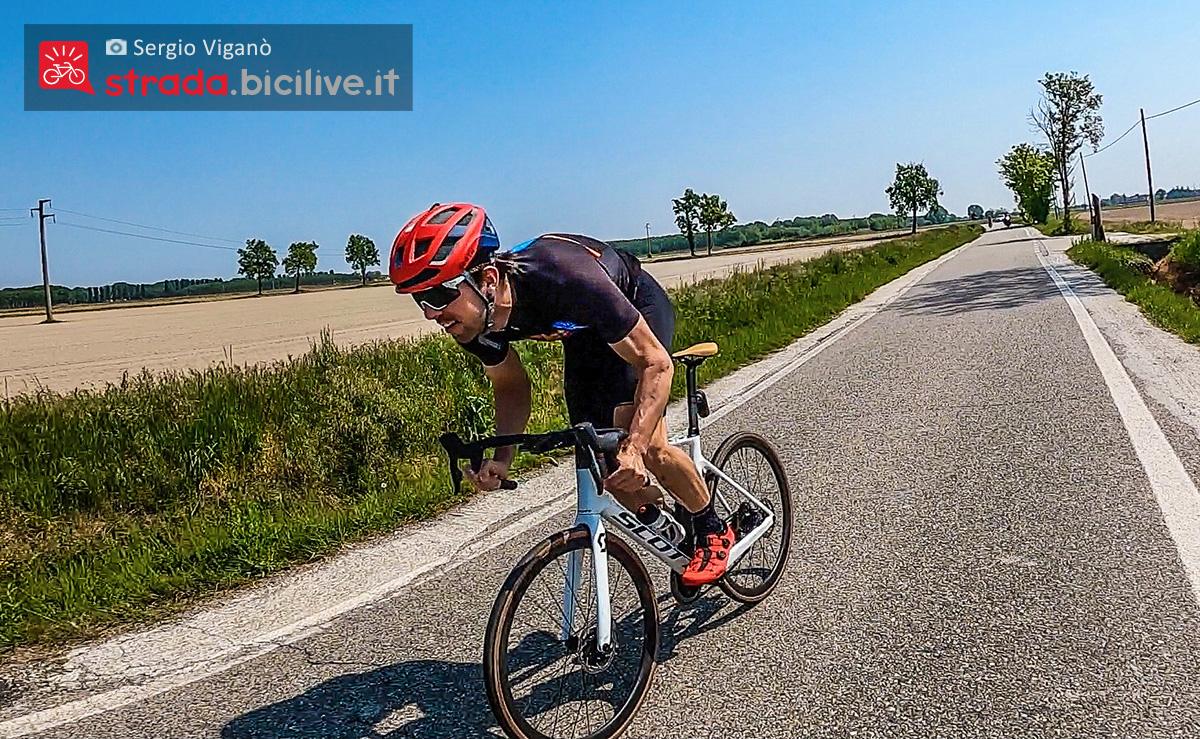 Sergio Viganò pedala sulla strada con la nuova bici Scott Addict RC 10 2021