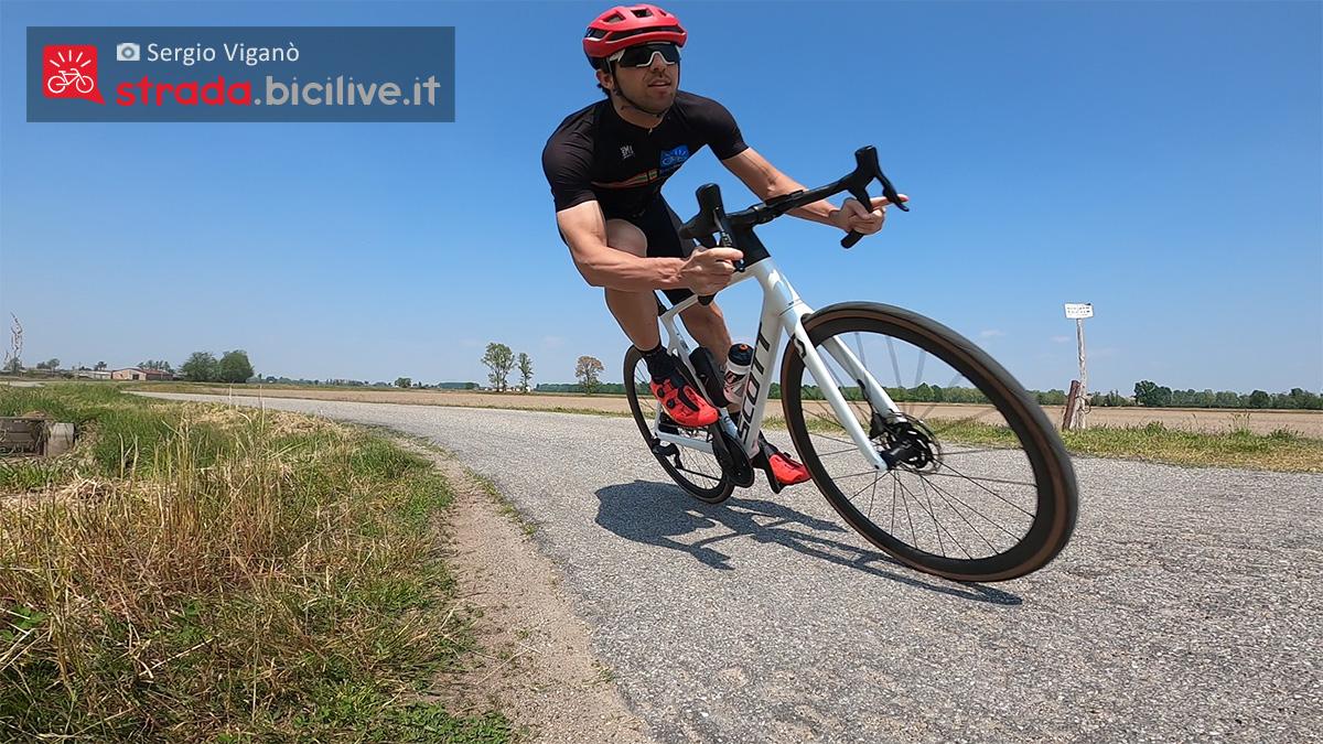 Sergio Viganò pedala con la nuova bici da corsa Scott Addict RC 10 2021
