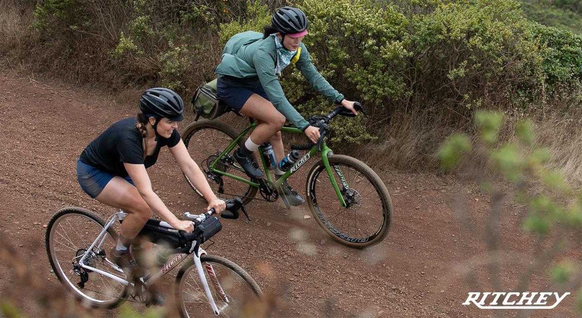 Ciclisti a spasso su biciclette gravel Ritchey