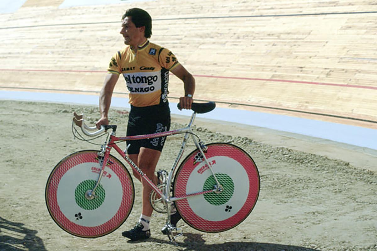 Giuseppe Saronni prova una bicicletta da crono in pista nel 1985